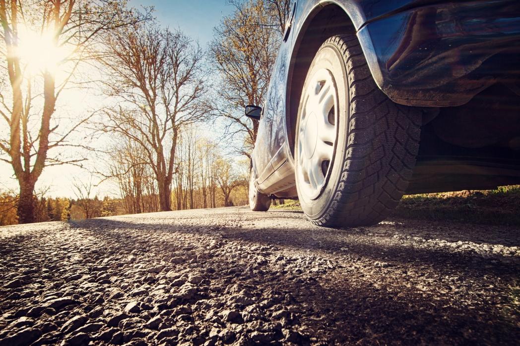 Αυτοκίνητο σε επαρχιακό δρόμο - ταξίδι με το αυτοκίνητο