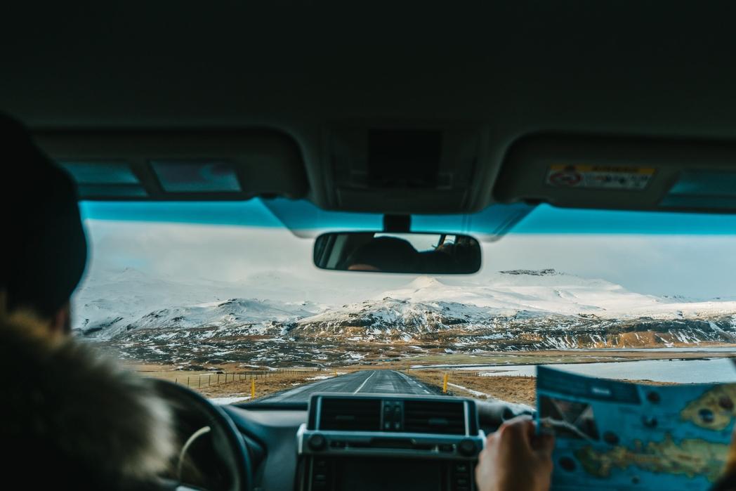 Road trip με ενοικιαζόμενο αυτοκίνητο. Ανακαλύπτοντας προορισμούς με τους χάρτες ανά χείρας