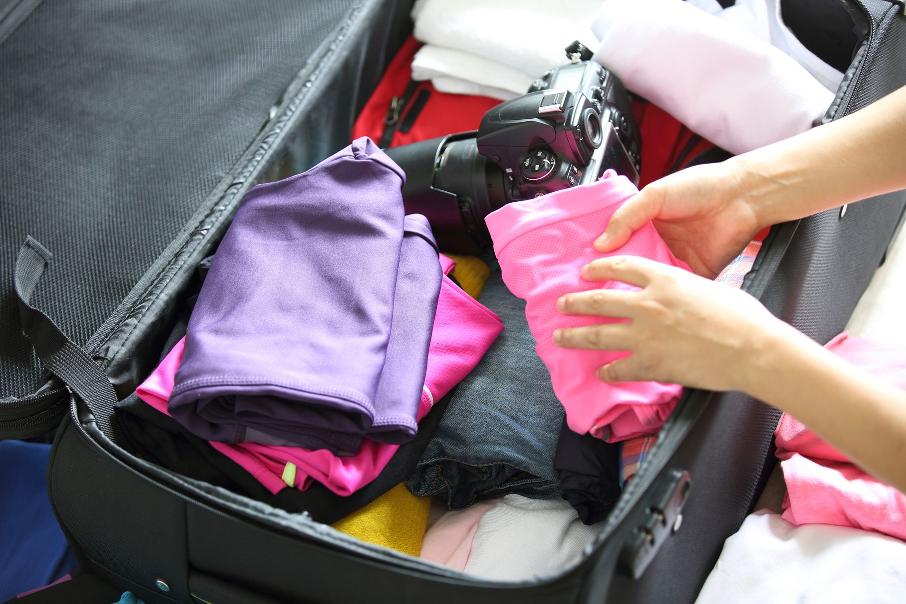 重的東西放在底下,電子產品夾在行李中間