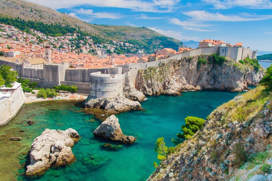 Τα τείχη του Ντουμπρόβνικ σκαρφαλώνουν έναν λόφο δίπλα στη θάλασσα - εκδρομή στις Δαλματικές Ακτές την άνοιξη