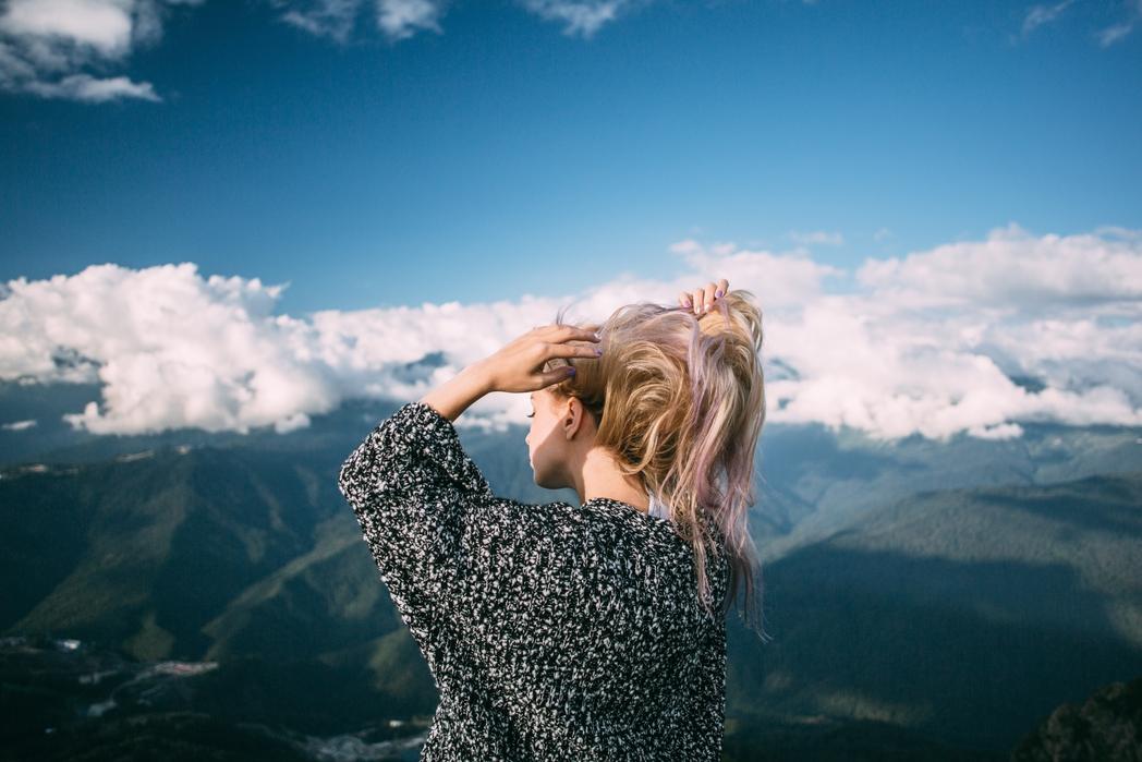 Κοπέλα στα βουνά - Πού να πάτε ταξίδι τον Δεκέμβριο