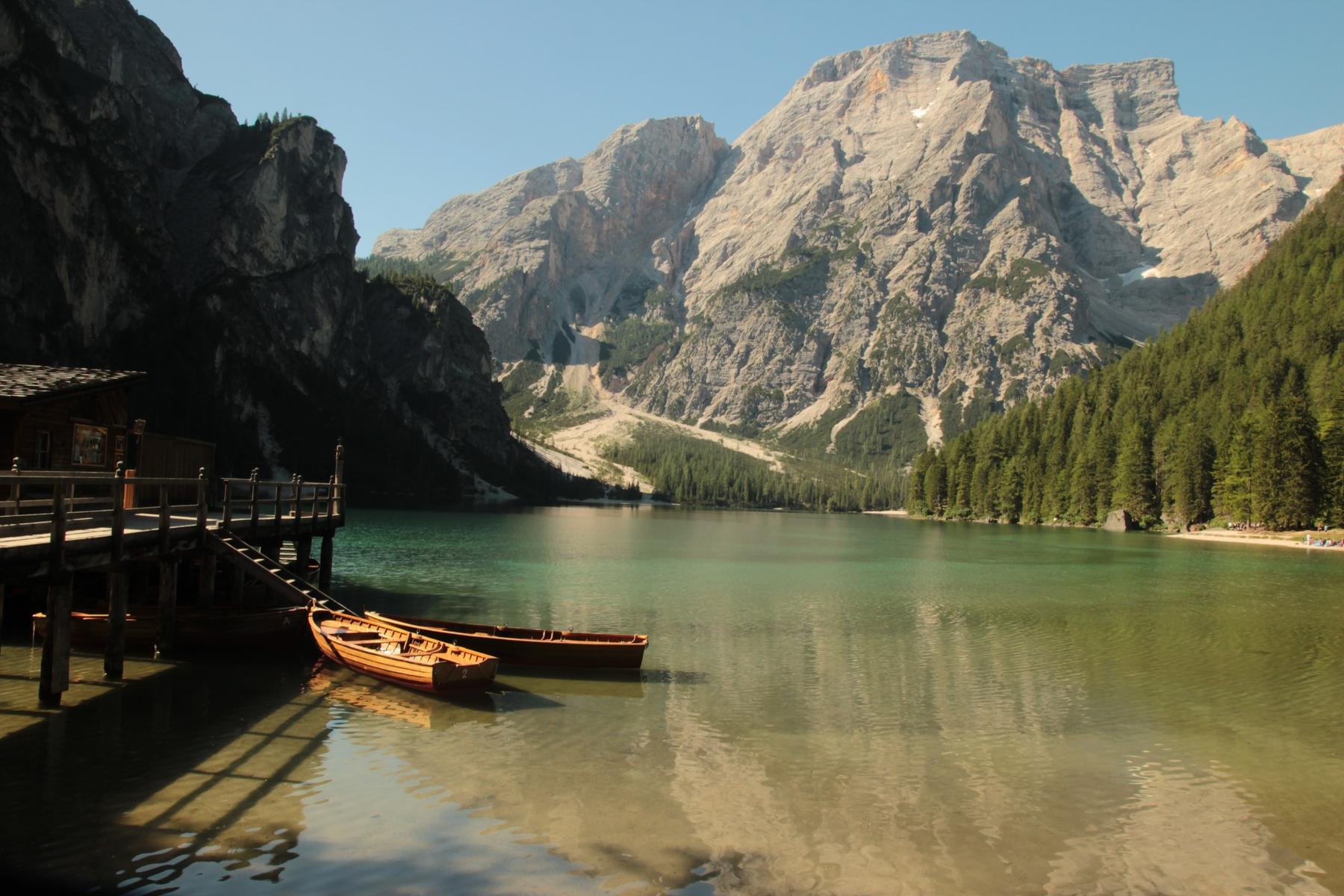 Der Pragser Wildsee darf bei einem Alpen Roadtrip nicht fehlen