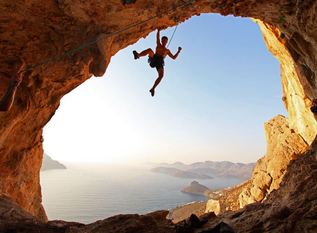 Άντρας κάνει αναρρίχηση - μία απ' τις τοπ δραστηριότητες για τις διακοπές στην Κάλυμνο