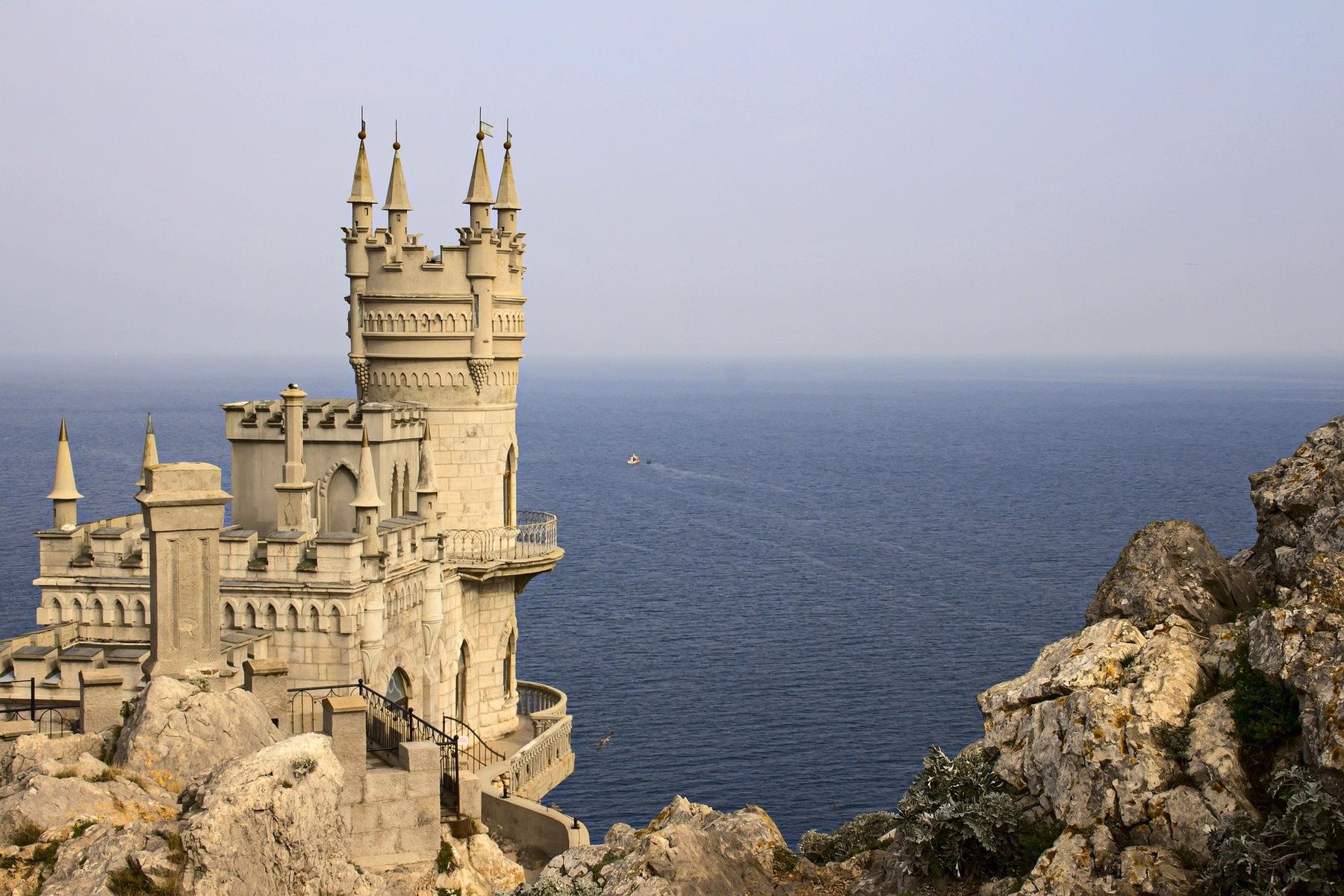 Дворец Ласточкино гнездо высоко над Черным морем в Крыму