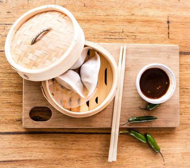 Бамбуковый бочонок с горячими булочками баоцзы в Китае