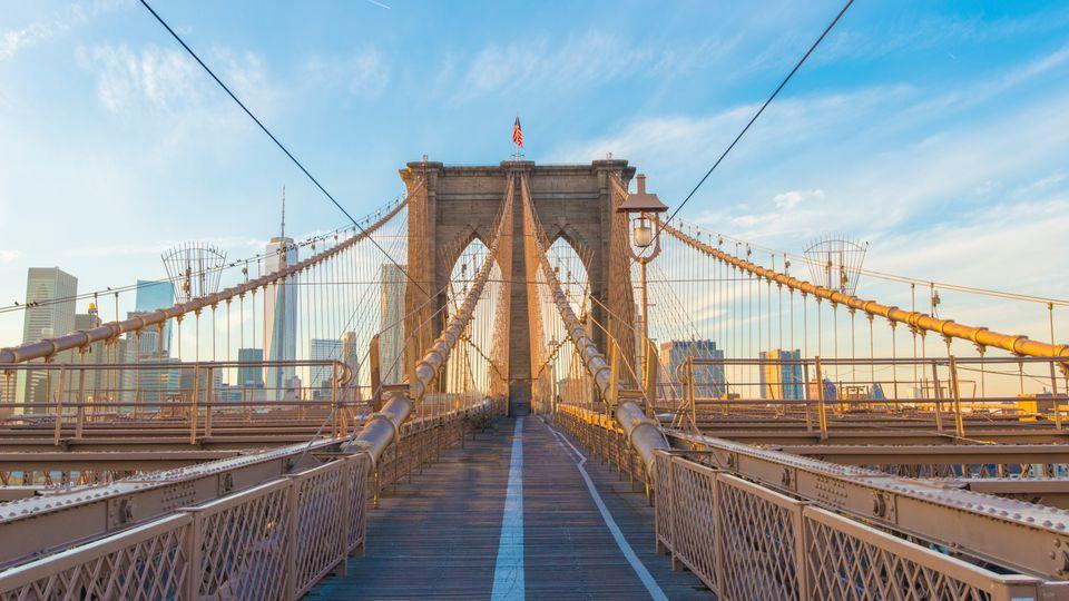 Viajar barato a Nueva York: puente de Brooklyn en la hora azul