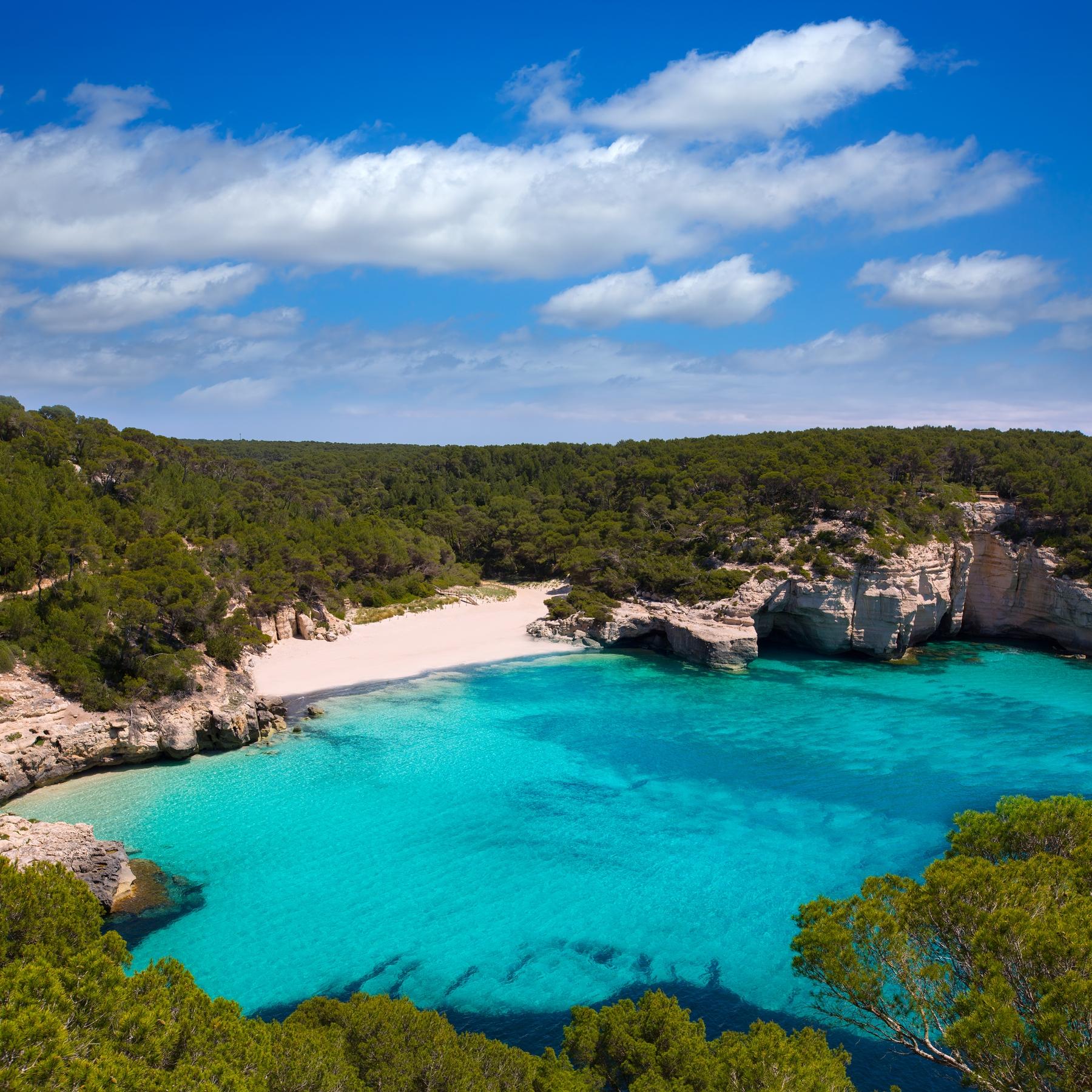 ¿Una de las playas de Menorca más impresionantes? Cala Morell, sin duda