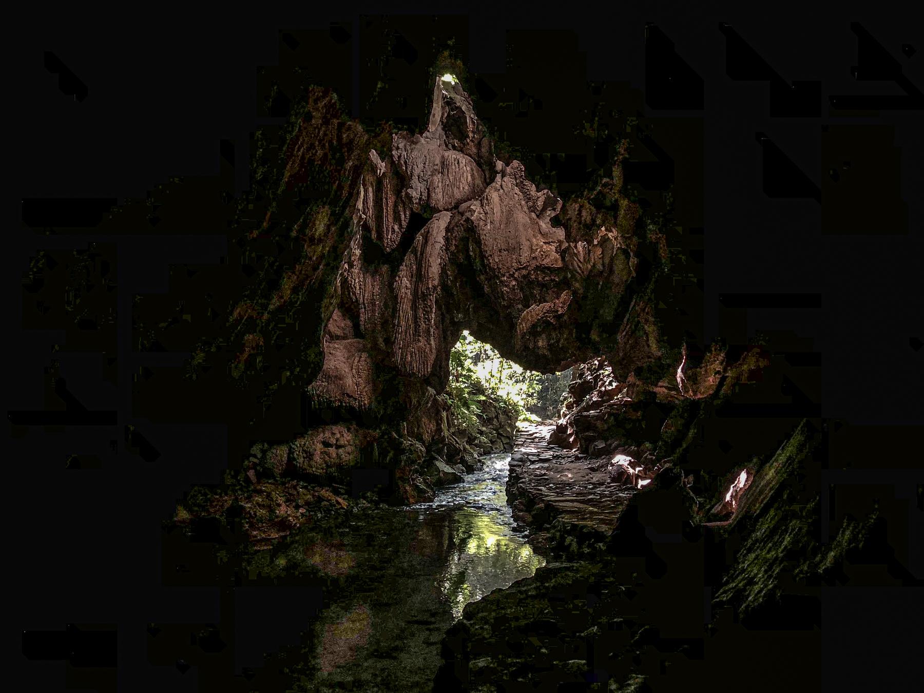 Imagem escura da Caverna Santana no PETAR.