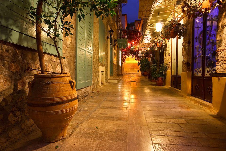 Γραφικό στενό στο Ναύπλιο, βράδυ φωτισμένο