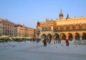 Στο μέσον της πλατείας Rynek Glόwny θα βρείτε το Sukiennice (Αγορά Υφαντουργίας).