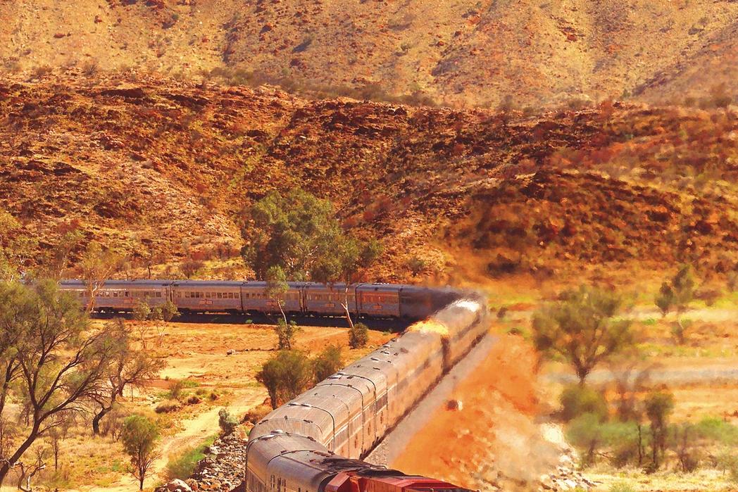 Η αμαξοστοιχία Ghan διασχίζει την Αυστραλία.