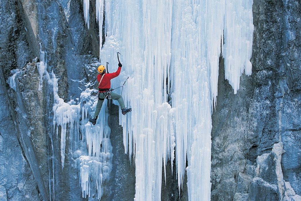 Παγοαναρρίχηση στο παγωμένο βουνό.