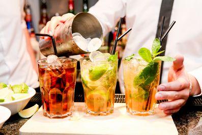 Μπάρμαν ετοιμάζει ποτά