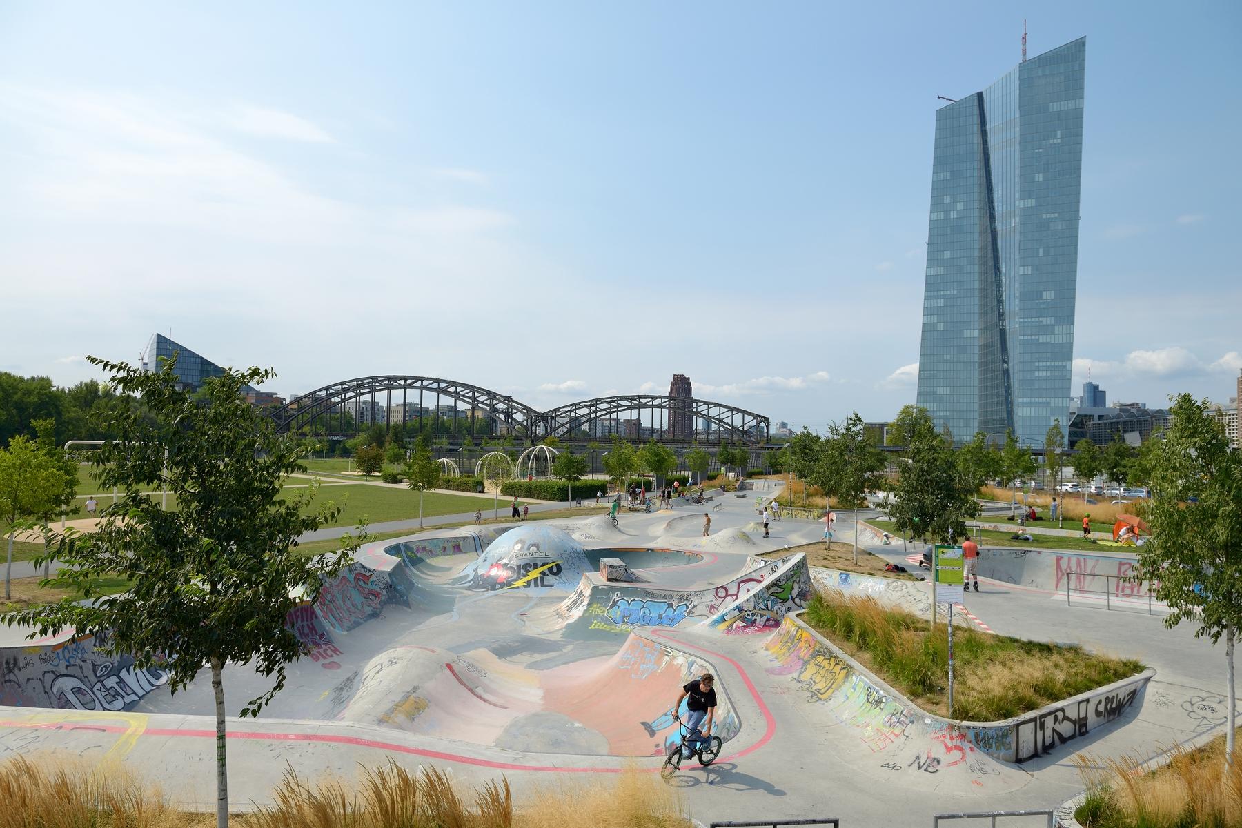 Kostenlose Aktivitäten in Frankfurt: Skatepark im Hafenpark an der Europäischen Zentralbank