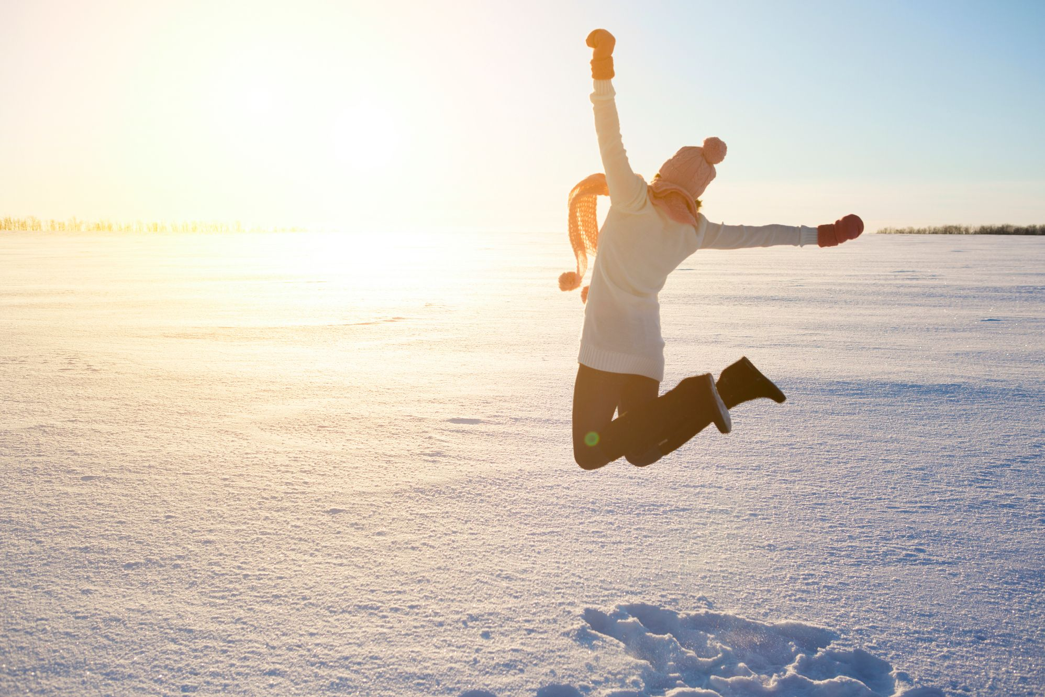 Chica saltarina contenta de viajar con millas
