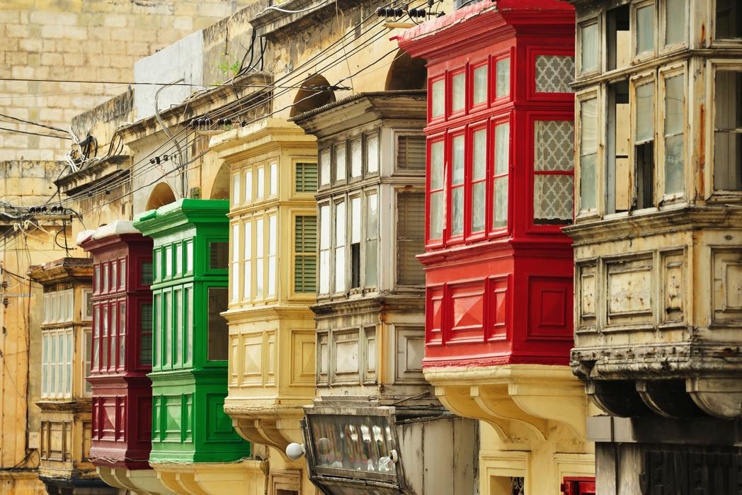 Παραδοσιακά ξύλινα μπαλκόνια στη Μάλτα - tips για πράσινα ταξίδια