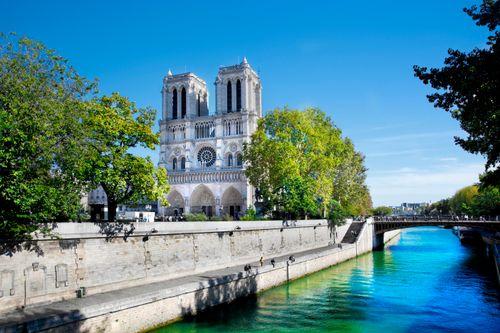 パリ行きの航空券