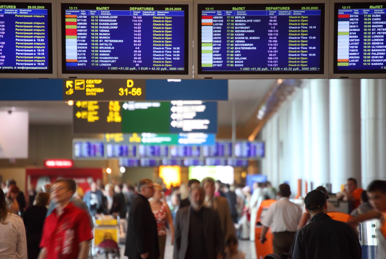 Tablica informacyjna na lotnisku