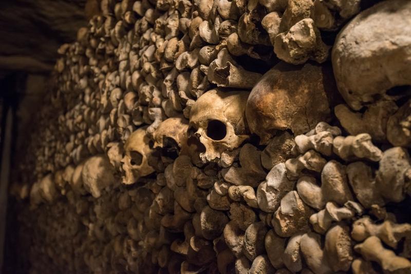 Стена черепов в катакомбах Парижа