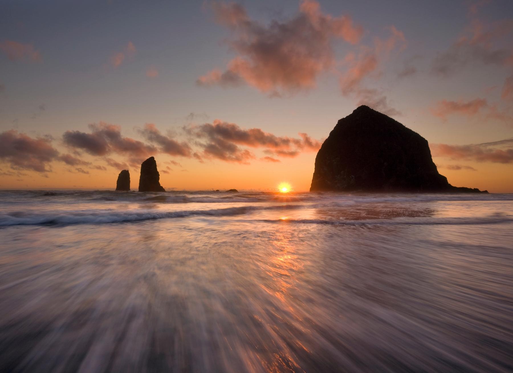 Побережье Нескауина в Орегоне на закате напоминает неизведанные места из приключенческих фильмов.
