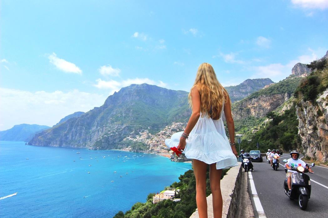 Κοπέλα κοιτάζει το Positano από ψηλά
