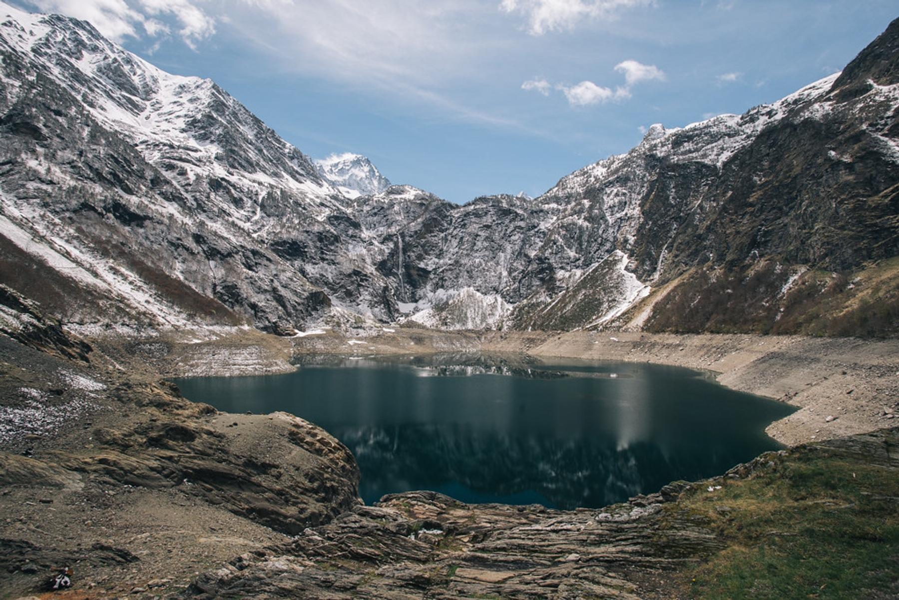 Le profond lac d'Oô et ses montagnes avoisinantes.