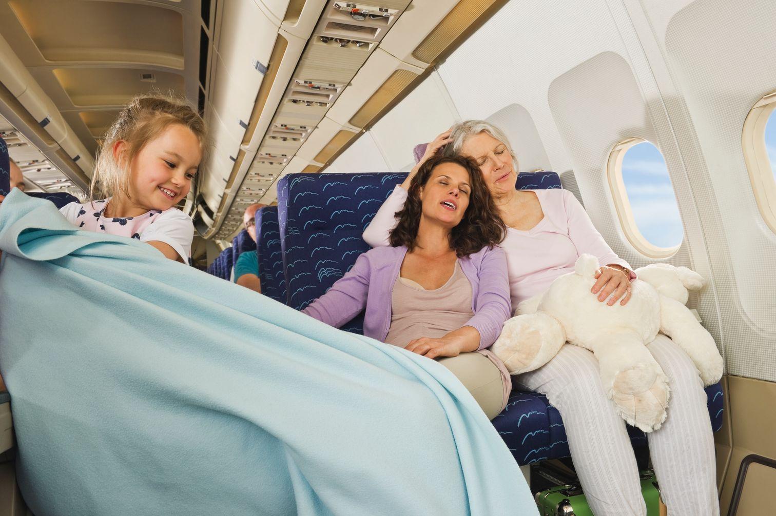 Ζωηρό παιδί παίζει μέσα στο αεροπλάνο