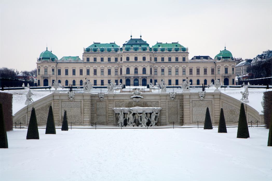 Το παλάτι Belveder στη Βιέννη καλυμμένο από χιόνι
