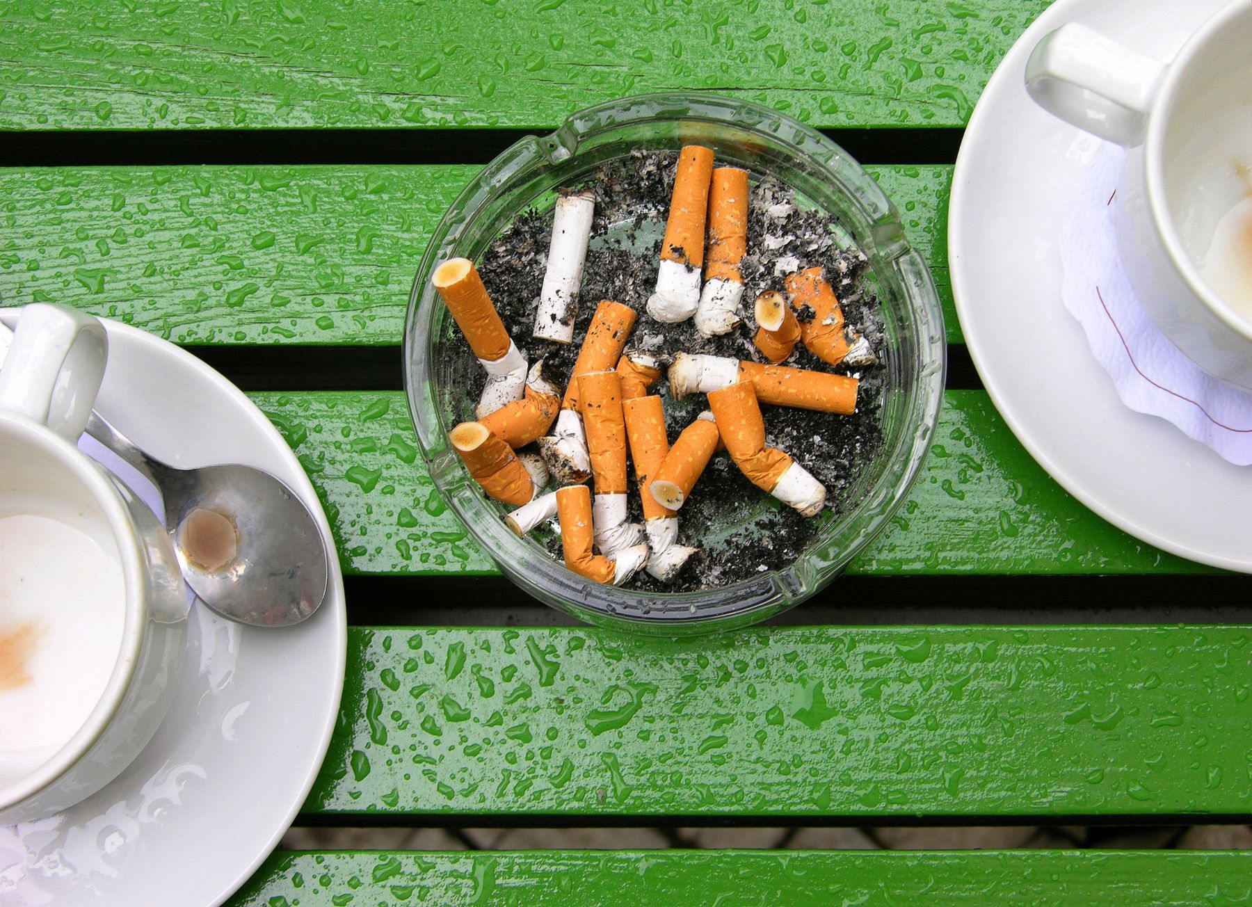 Zigarettenreste im Aschenbecher