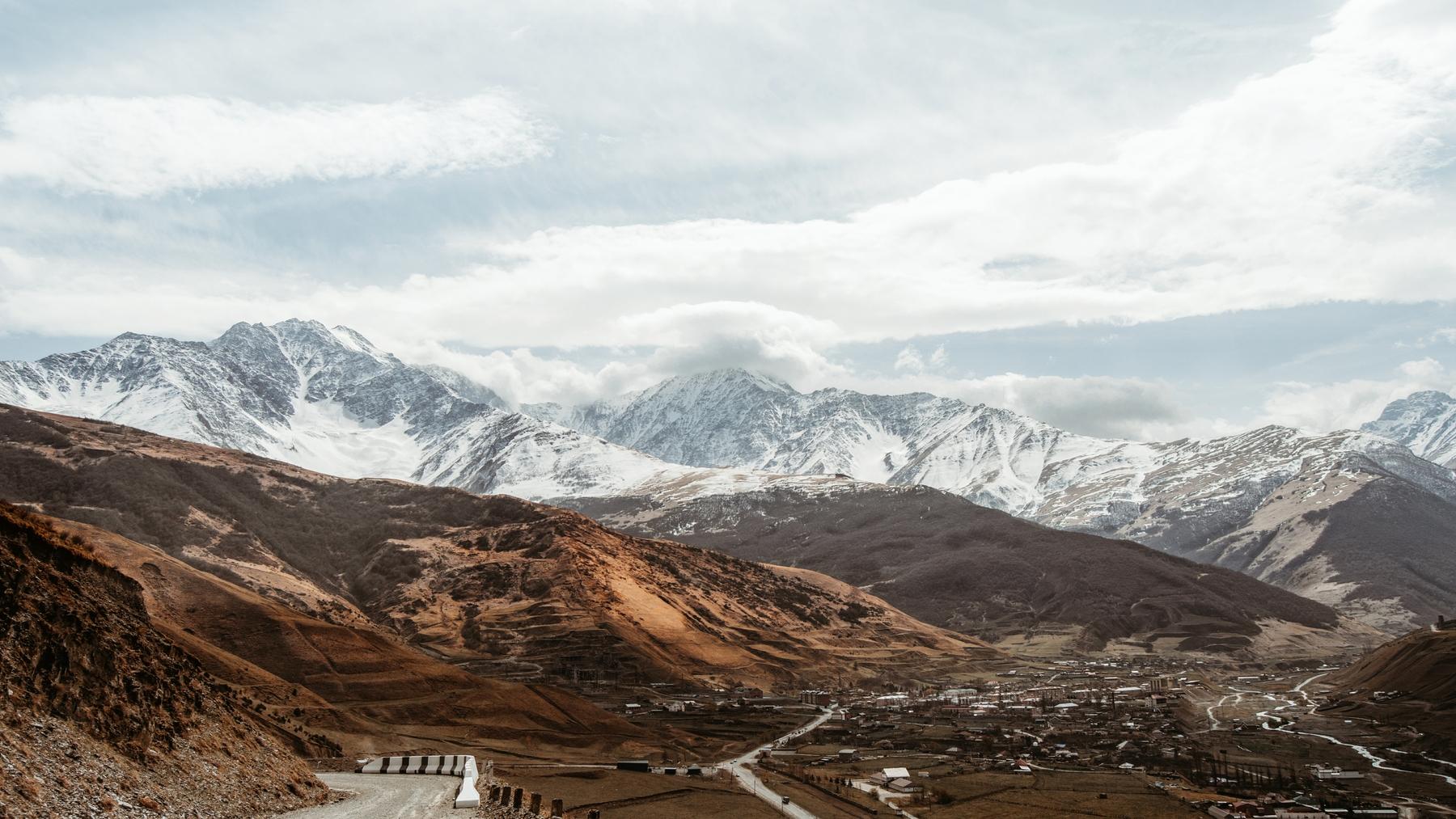 Заснеженные горы в окрестностях Владикавказа