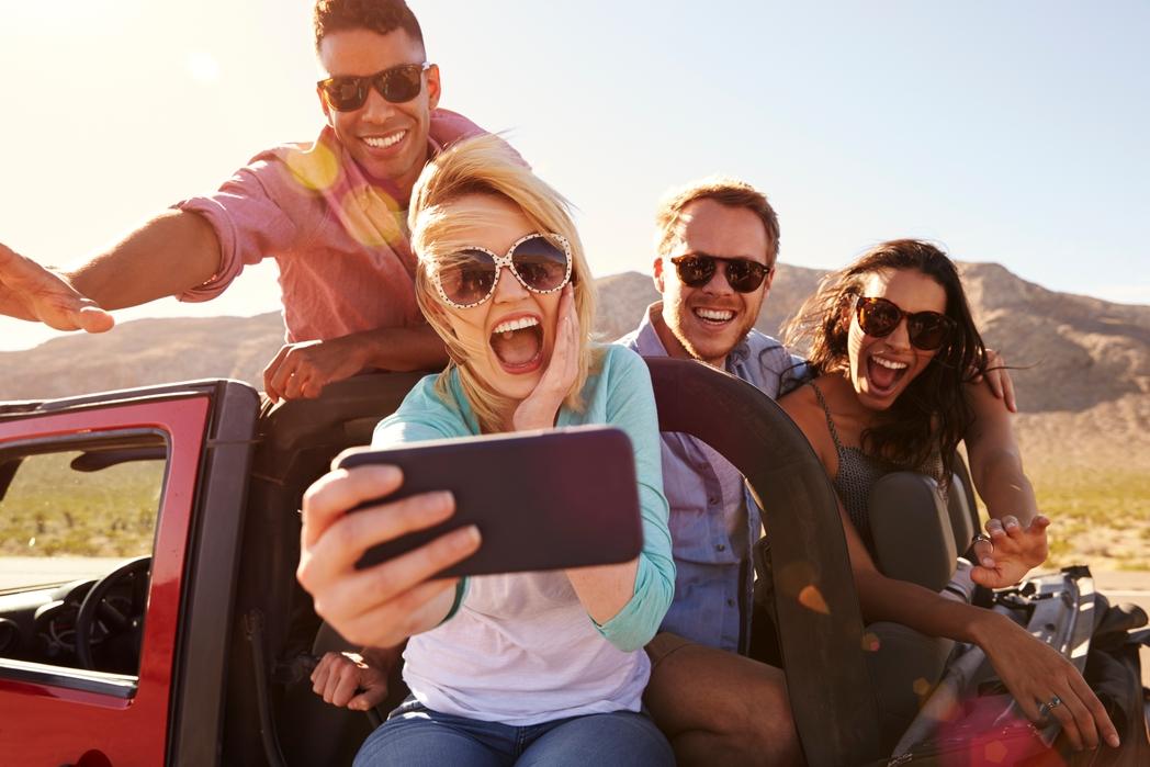 Χαρούμενη παρέα βγάζει φωτογραφία δίπλα στο αυτοκίνητο