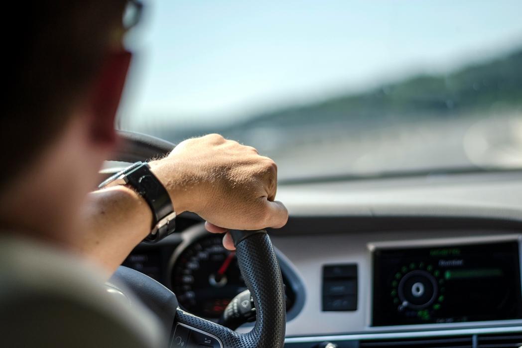 Άντρας στο τιμόνι αυτοκινήτου - Πώς να εξοικονομήσετε χρήματα για ταξίδια το 2020