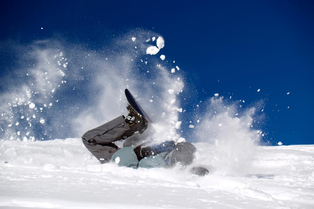 Σκιέρ πέφτει στο χιόνι