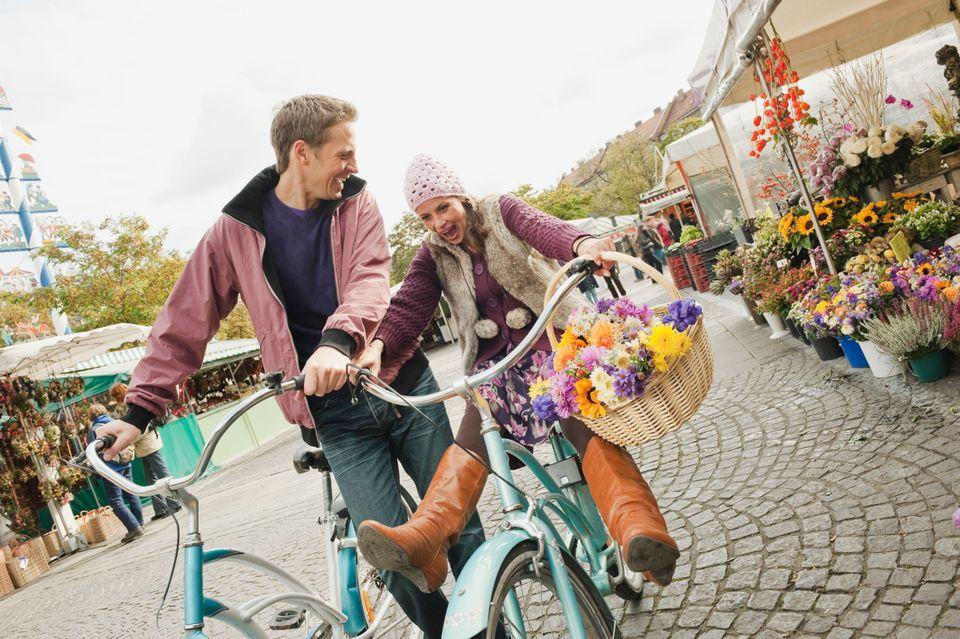 Ζευγάρι κάνει ποδήλατο στην αγορά Viktualienmarkt - 15 προτάσεις για ένα ταξίδι στο Μόναχο