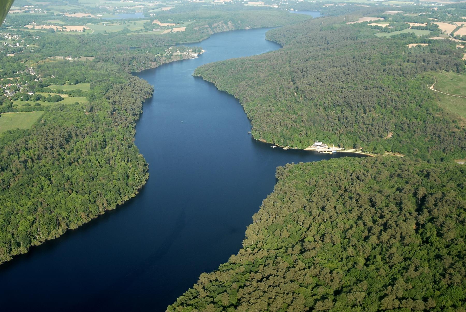 L'étendue du lac artificiel de Guerlédan.