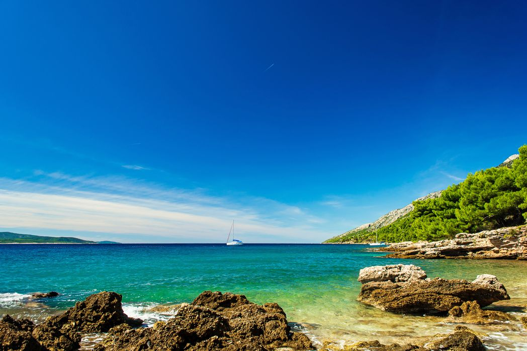 Θέα θάλασσα στο νησί Μπρακ της Κροατίας, με γιοτ στο βάθος