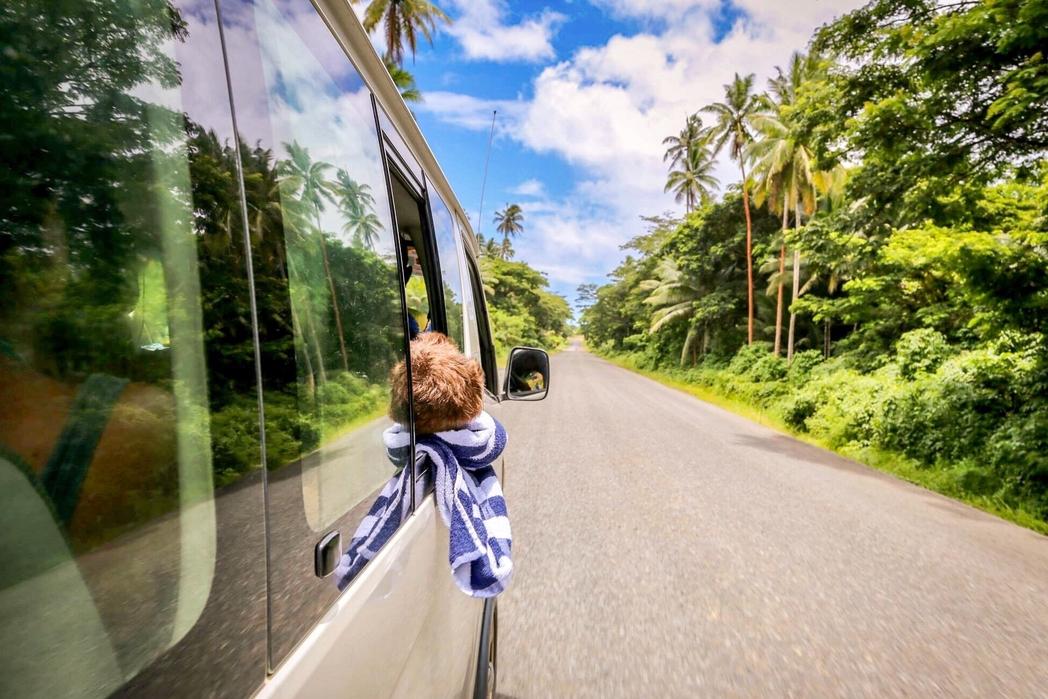 Παιδί κοιμάται στο παράθυρο ενός λεωφορείου - 12 tips για φθηνές διακοπές με παιδιά