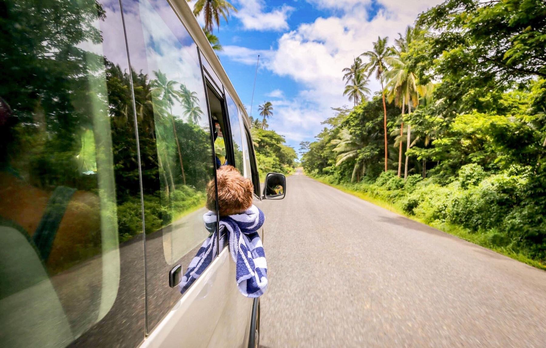 Criança na janela de uma van – é seguro viajar pelo Brasil de carro?