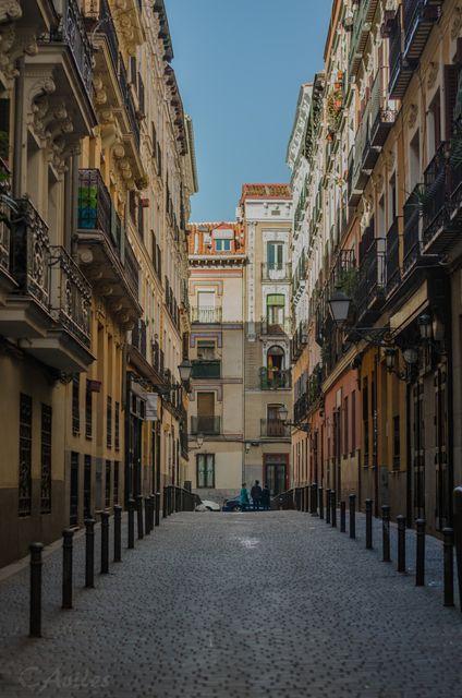 Σοκάκι με παλιά σπίτια στη Μαδρίτη της Ισπανίας