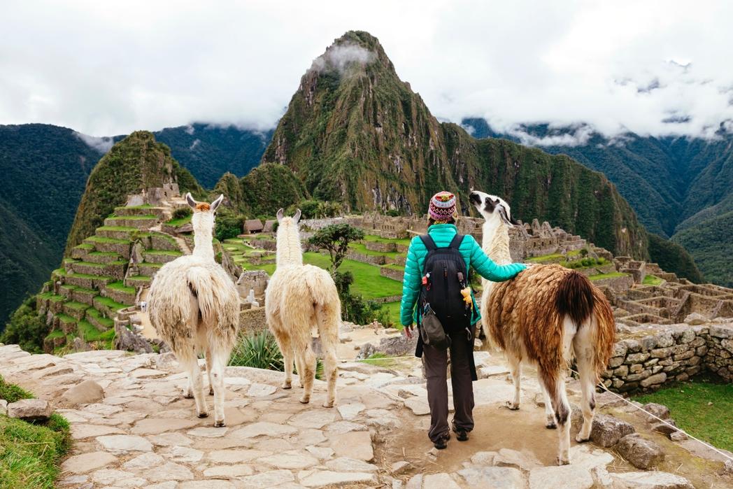 Nεαρή ταξιδεύτρια με τρία λάμας αγναντεύει το Μάτσου Πίτσου, Περού - Πώς να εξοικονομήσετε χρήματα για ταξίδια