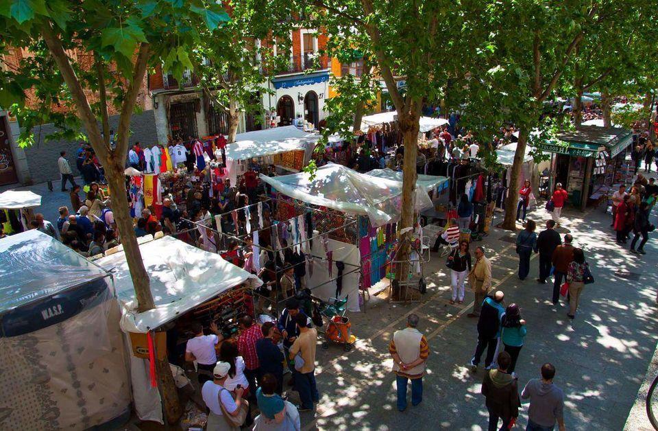Mercado del Rastro en Madrid. Durante el día se ven las tiendas, donde compran locales y visitantes