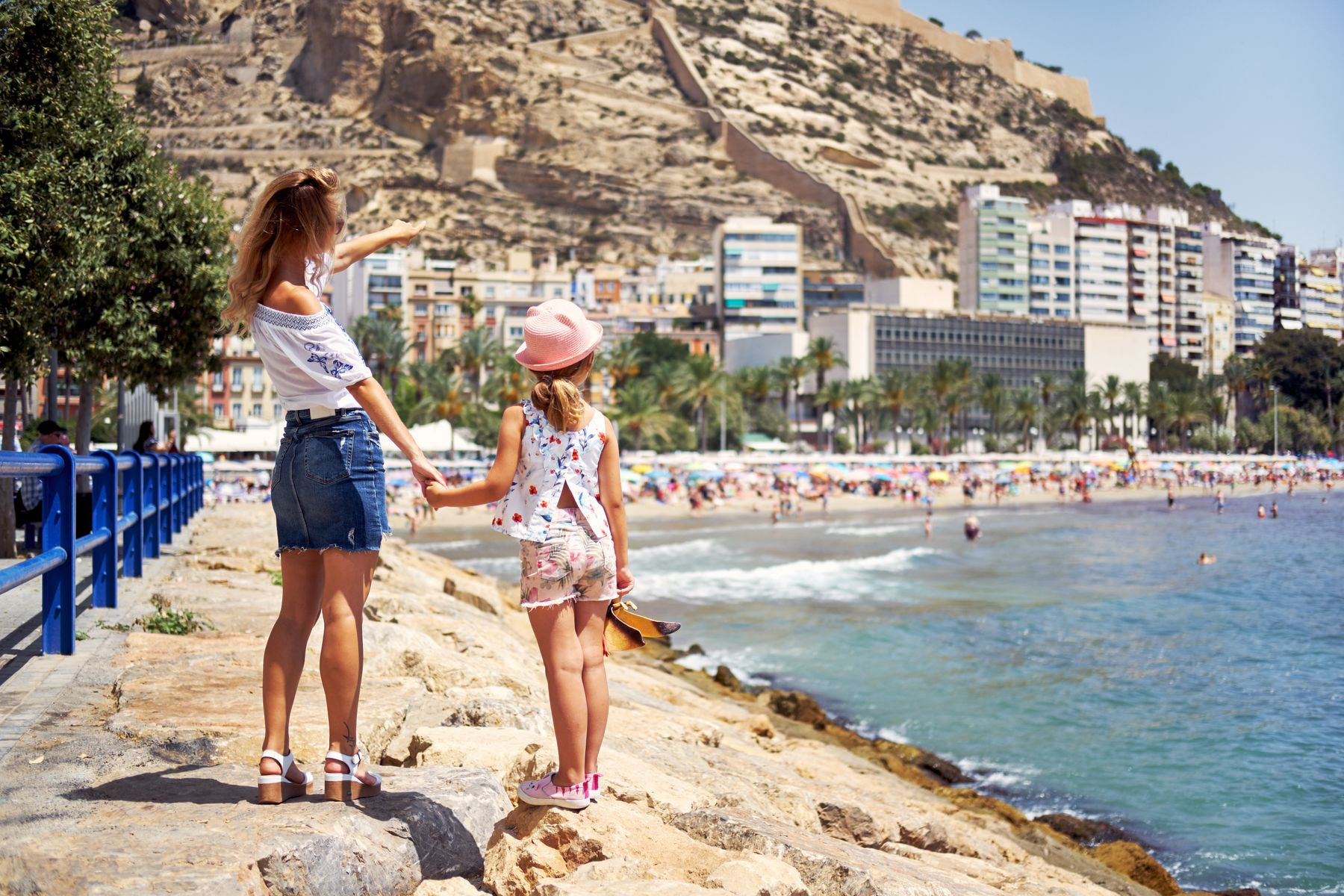 Mutter und Tochter im Sommerurlaub in Alicante, Spanien