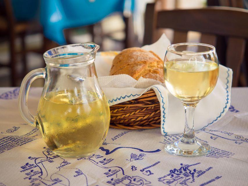 Λευκό κρασί και ψωμί στο τραπέζι