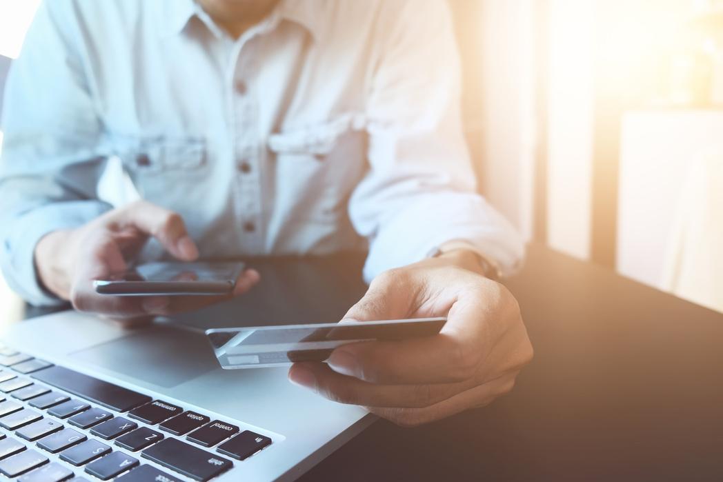 Άντρας αγοράζει online με πιστωτική κάρτα. Πώς να εξοικονομήσετε χρήματα για ταξίδια το 2020