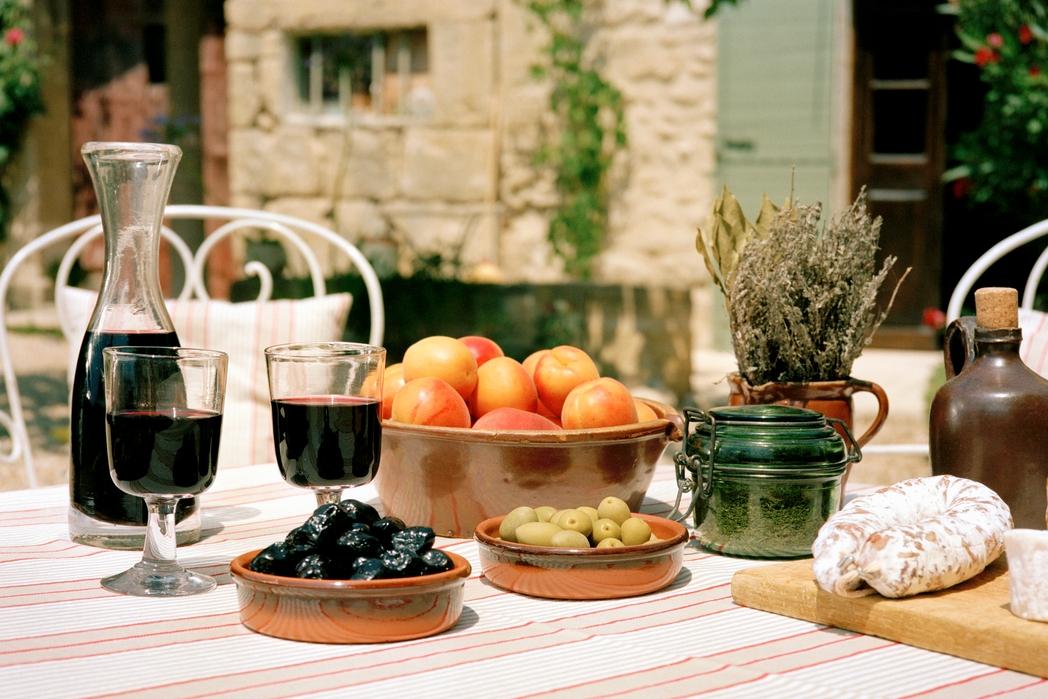 Κρασί ελιές και φρέσκο ψωμί - γεύσεις της Νότιας Γαλλίας