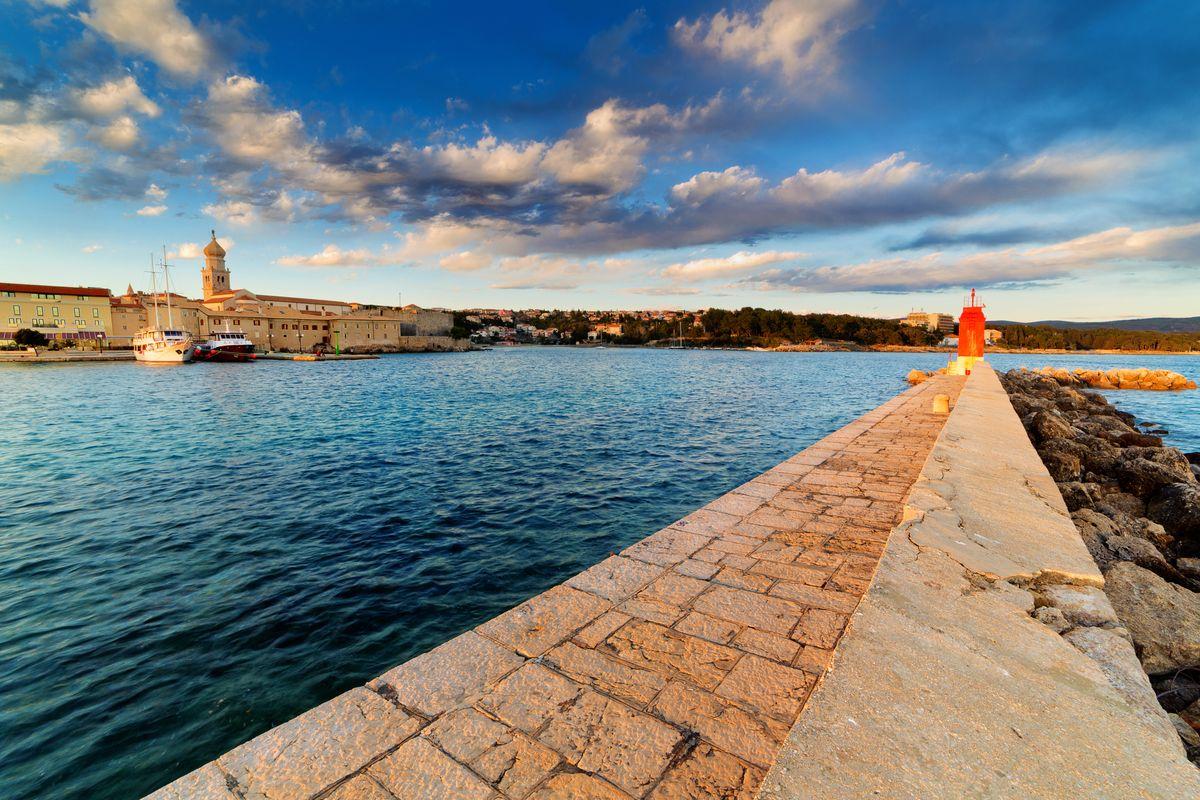 Hλιοβασίλεμα στο νησί Krk, κοντά στη Ριέκα της Κροατίας
